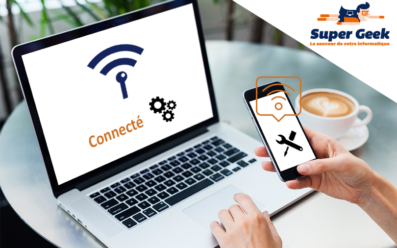 Un ordinateur et un smartphone connectés à Internet