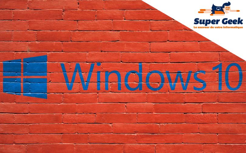 Windows 10 écrit en bleu sur un mur rouge