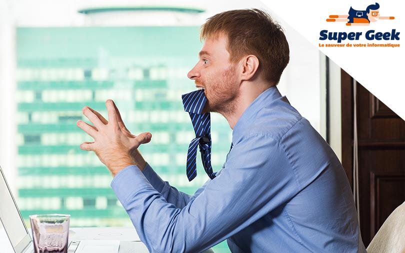 Salarié frustré par le dysfonctionnement de son ordinateur qui mord sa cravate