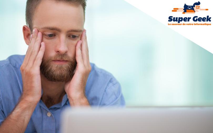 Utilisateur fatigué devant son PC
