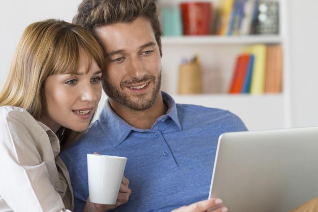 Couple à la recherche d'un dépanneur informatique