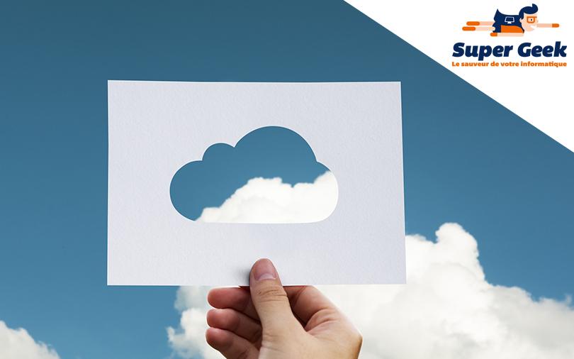 Papier avec trou découpé en forme de nuage