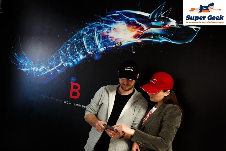 2 personnes devant une affiche BitDefender