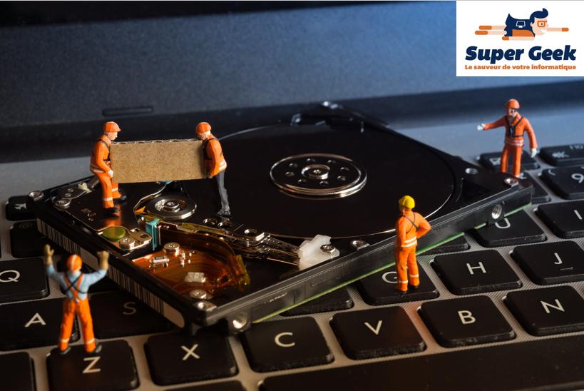 Figurines d'ouvriers de chantier sur un disque dur d'ordinateur