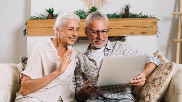 Couple de seniors faisant une conversation video sur ordinateur portable