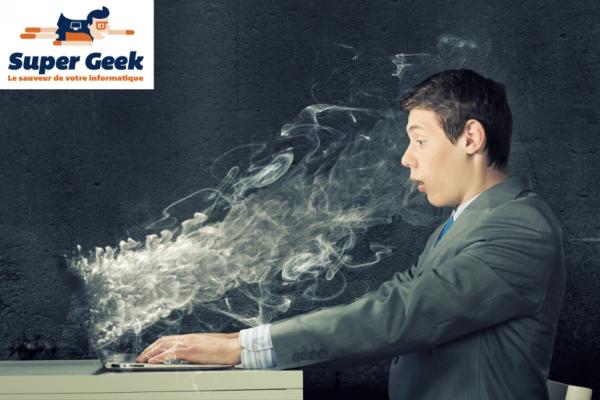 Utilisateur devant un ordinateur qui fume