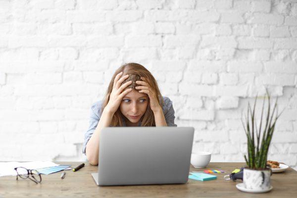 Utilisatrice exaspérée par son ordinateur