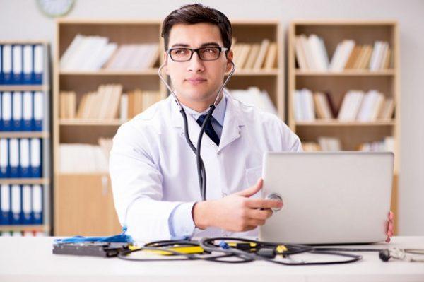 Informaticien à domicile diagnostiquant une panne d'ordinateur